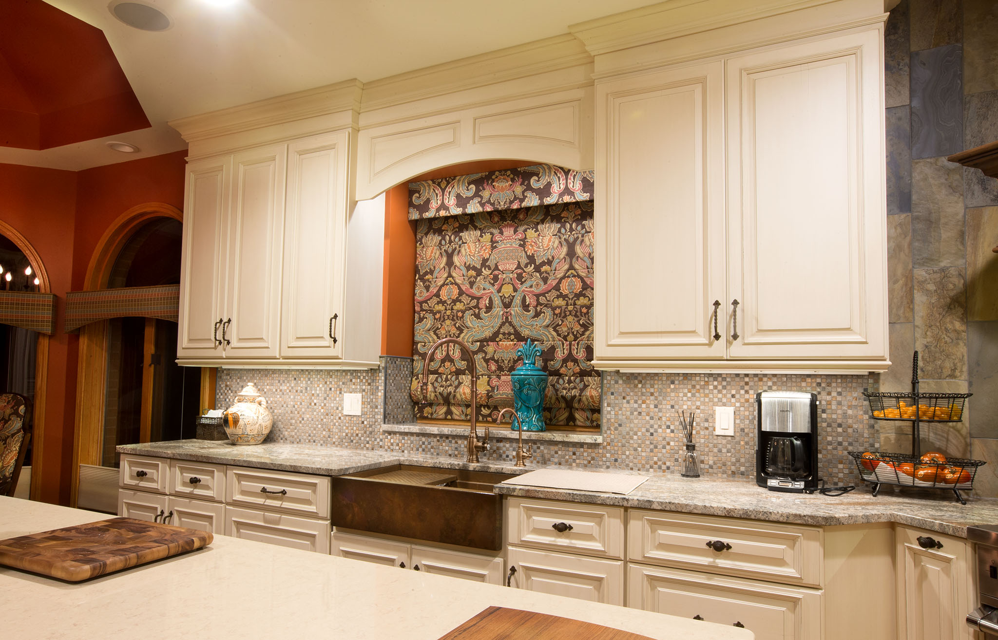 White kitchen cabinets with natural stone back splash